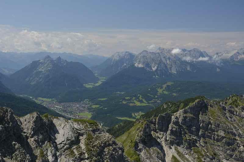 Blick vom Gipfel der Schöttelkarspitze auf das Isartal mit Mittenwald und hinten das Wettersteingebirge