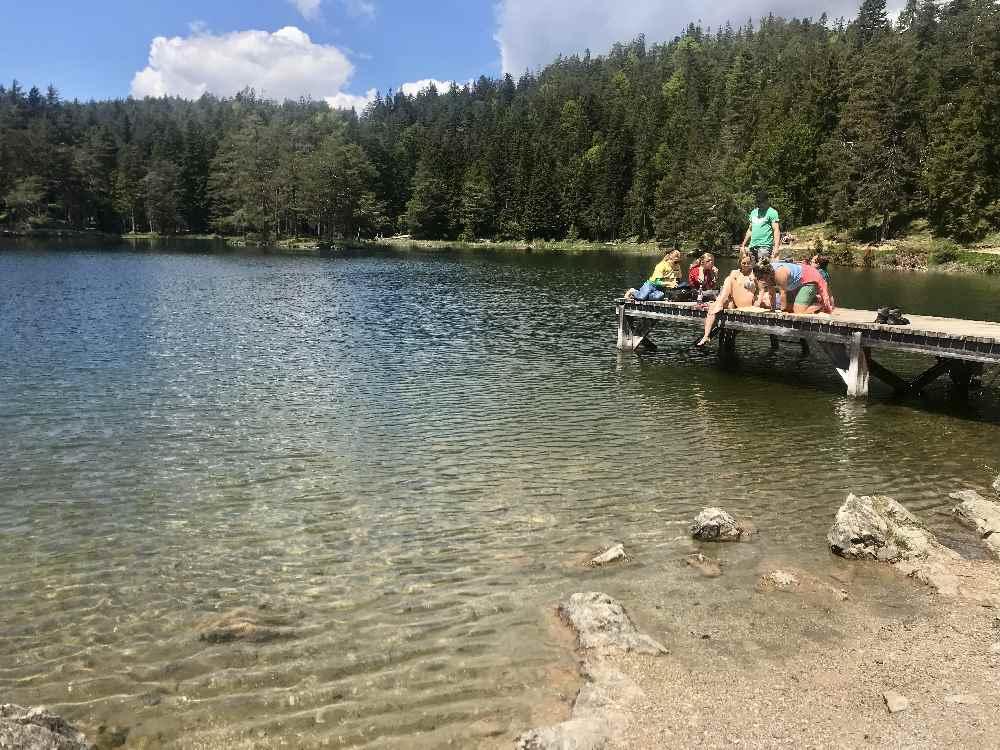 Möserer See schwimmen, der Badesee Seefeld: Über den Badesteg hinein ins schöne Wasser