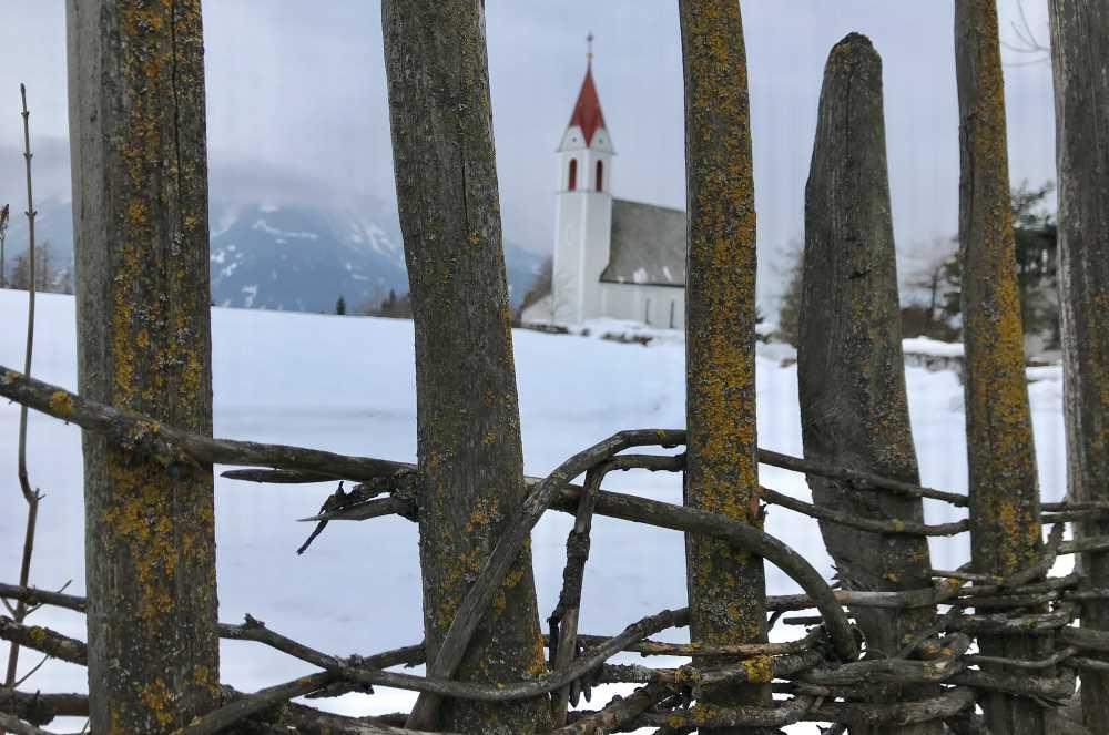 In Mösern werden einige Zäune noch nach altem Handwerk hergestellt