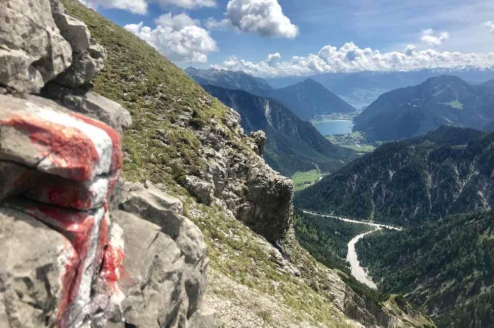 Die Aussicht beim Abstieg von der Mondscheinspitze auf den Achensee, das Rofan und Karwendel