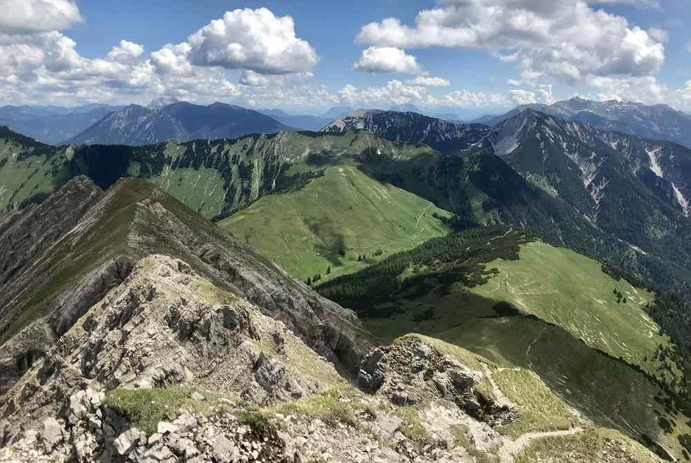 Das ist der schmale und ausgesetzte Steig auf den Gipfel