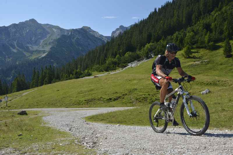 Kai tritt tapfer die letzten Meter - das Ziel der Biketour ist erreicht: Die Fischbachalm im Karwendel