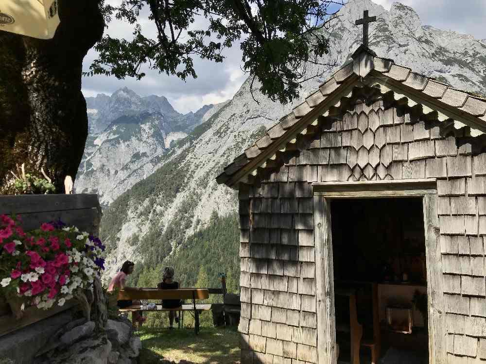 Das ist die Kapelle direkt neben der Hütte der Ganalm. Lauschig ist es hier zu sitzen, mit einem Traumblick auf´s Karwendel