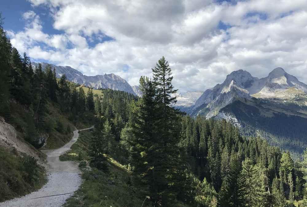 An der Zugspitze: Der Weg zum Schachen in der Zugspitzregion