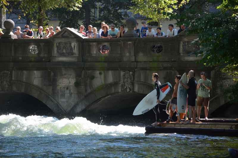 Surfen mitten in München - am Eisbach