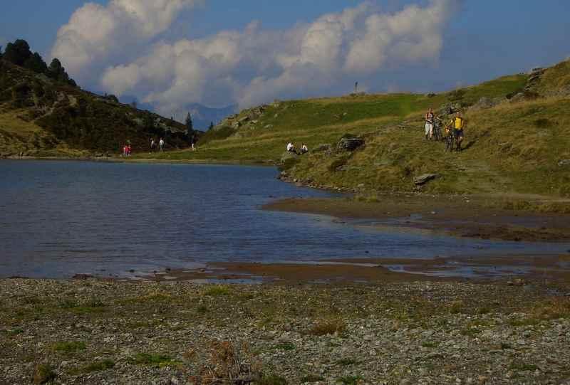 An schönen Tagen ist viel los am See in Nafing - Mountainbiker treffen auf Wanderer und Ausflugsgäste