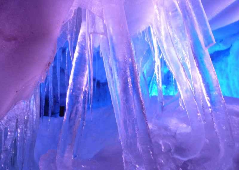 Der Natureispalast ist eine riesige Eishöhle in Tirol, Tux im Zillertal