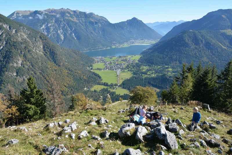 Der schöne Naturpark Karwendelgebirge mit Aussicht auf den blauen Achensee und das Rofan