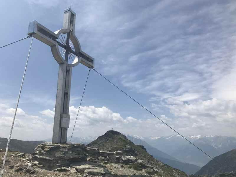 Schöner Aussichtsgipfel - die Neunerspitze mit dem Gipfelkreuz