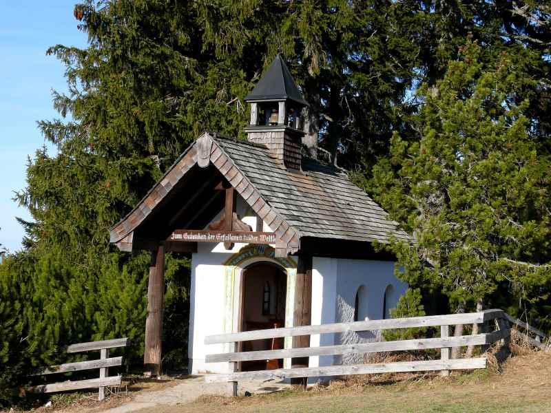 Die kleine Kapelle steht wenige Meter unterhalb vom Gasthaus Neureuth, Bild: Antes