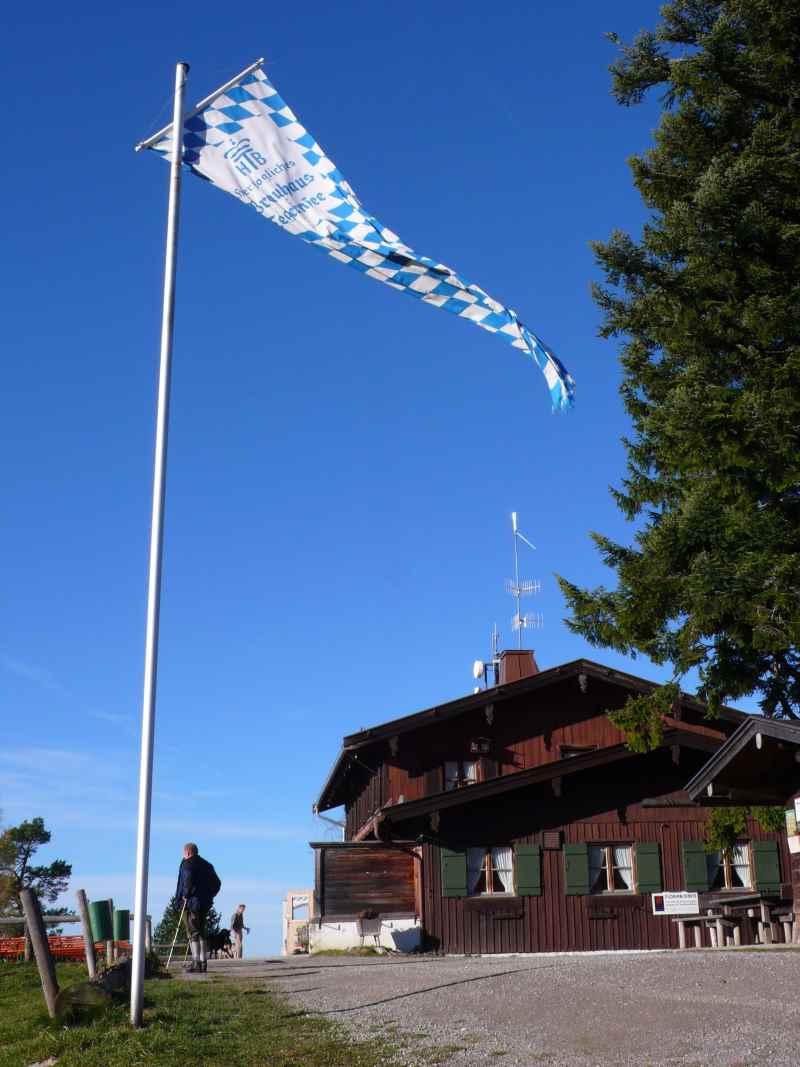 Ziel erreicht: Das Berggasthaus auf der Neureuth über dem Tegernsee, Bild: Antes