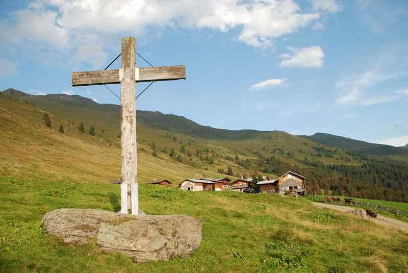 Almen und Hüttendörfer prägen die Berglandschaft