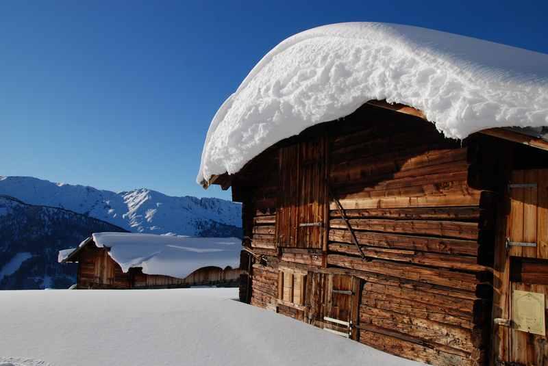 So schön verschneit sind die Hütten der Nonsalm im Winter: Ein Wintererlebnis der schönsten Art