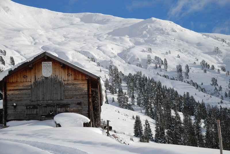Von Weerberg zur Nonsalm schneeschuhwandern in Tirol, oben die verschneiten Hänge der Tuxer Alpen
