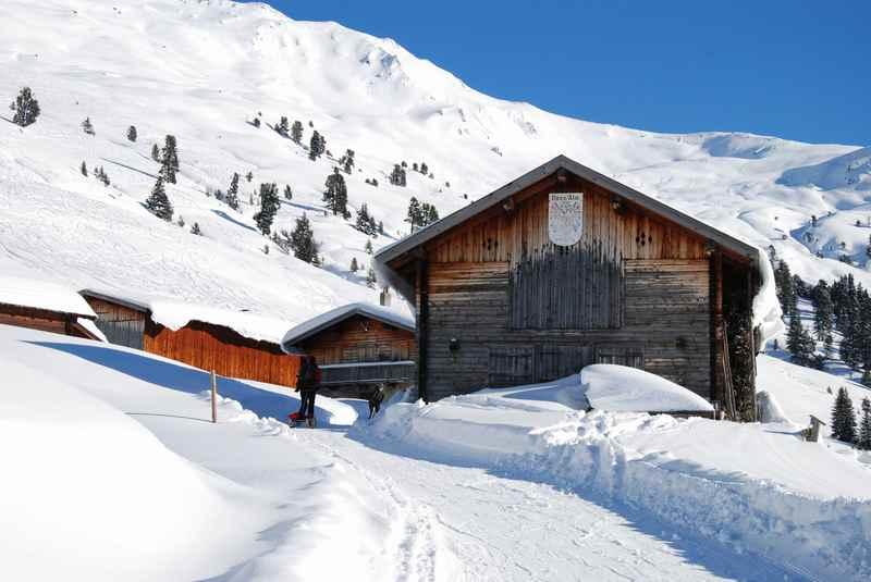 Zur Nonsalm winterwandern in Tirol: Ein uriges Almdorf in den Tuxer Alpen