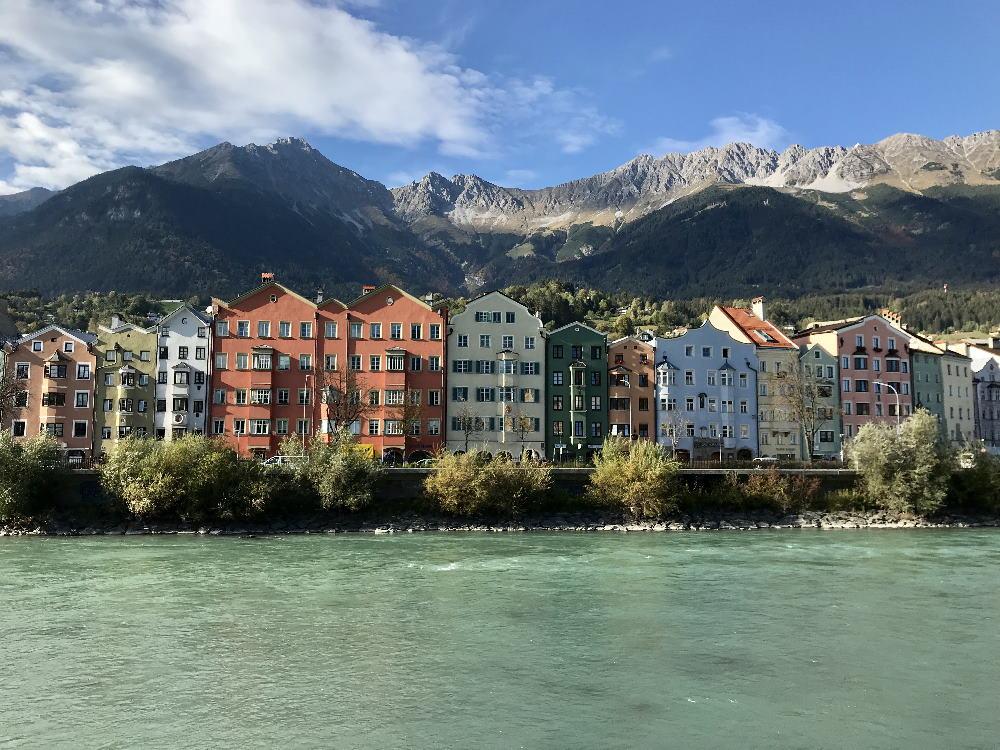 Nordkette Innsbruck - das ist der bekannte Blick über den Inn auf die bunten Häuser, überragt von der Nordkette