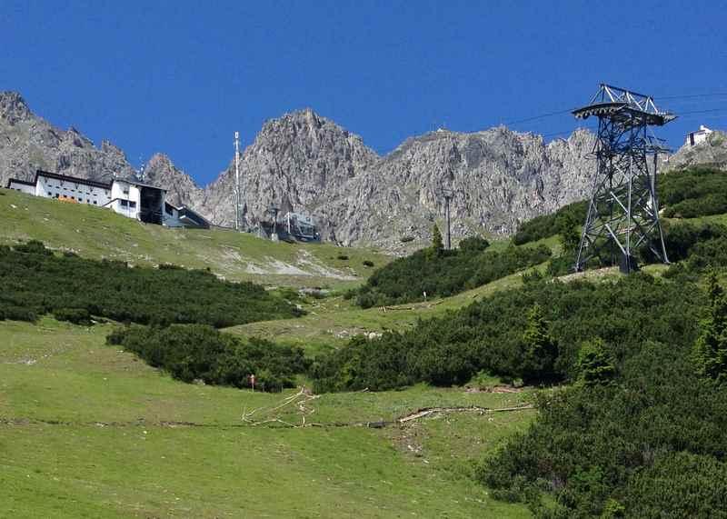 Die Nordkettenbahn bei der Seegrube, rechts oben bringt die Innsbruck Bergbahn Gäste aufs Hafelekar