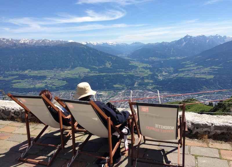 Ganz oben im Karwendel auf der Nordkette in Innsbruck. Sonnenbad und Aussicht über die Stadt.