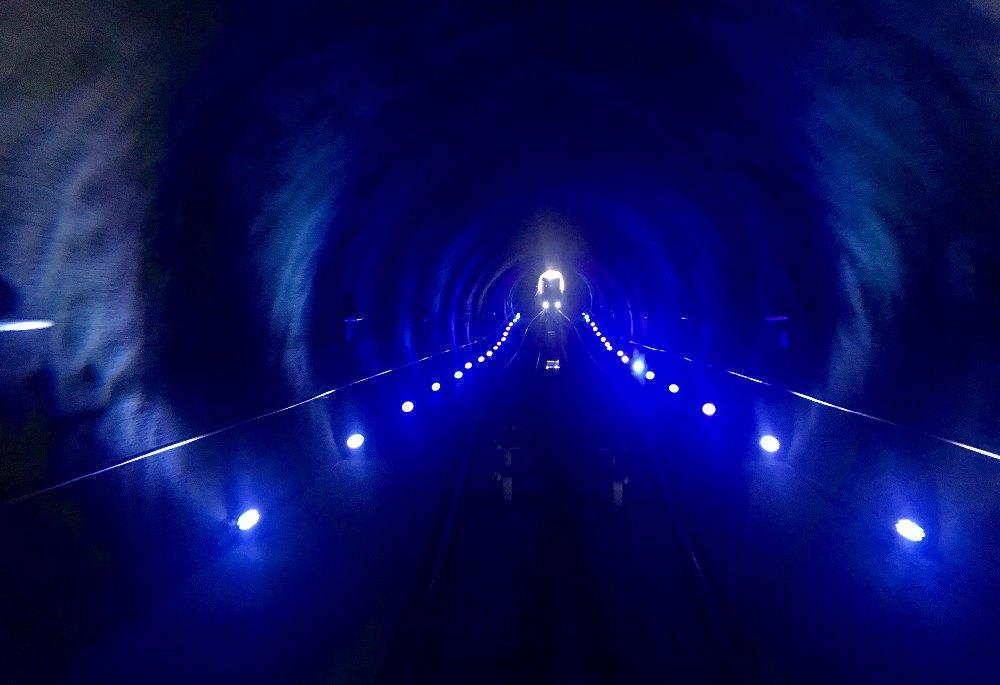 Die Nordkettenbahn auf die Hungerburg fährt ein Stück unterirdisch durch den beleuchteten Tunnel