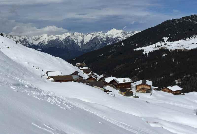 Blick über die Nurpensalm in den Tuxer Alpen, hinten das Karwendelgebirge
