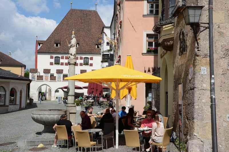 Der Obere Stadtplatz Hall bietet sich zum Verweilen und Cafe trinken an