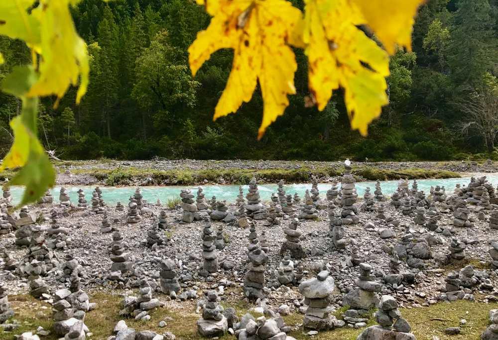 Im Oktober an der Isar im Hinterautal bei den Steinmandln