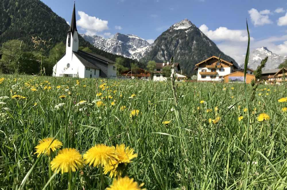 Ortsansicht im Frühling - mit dem schönen Karwendelgebirge