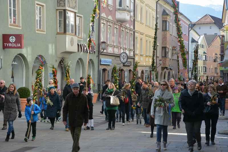 Osterbräuche in Tirol: Das Palmstange basteln ist einer