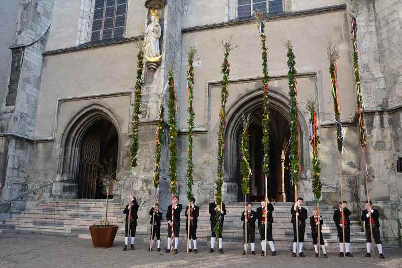 Osterbrauchtum in Tirol: Die meterlangen Palmstangen vor der Kirche in Schwaz