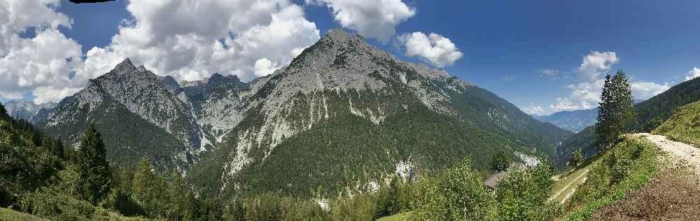 Diesen Blick hast du bei der Ganalm auf das Karwendel mit dem Vomper Loch