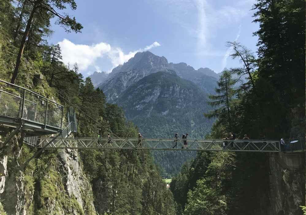 Das ist die Panoramabrücke über die Leutaschklamm in Mittenwald, ein fulminantes Bauwerk. Hinten ist das Karwendel zu sehen.