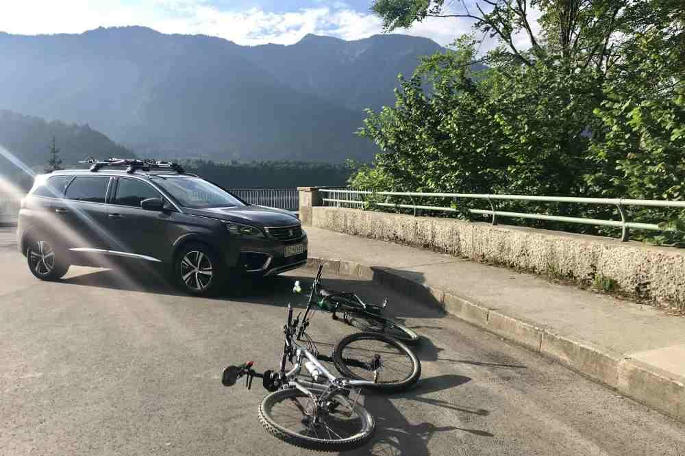 Das Auto direkt am Sylvensteinsee parken und die Fahrräder abladen