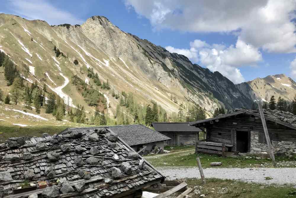 Die Hütten der Pasillalm sind teilweise dem Verfall preisgegeben.
