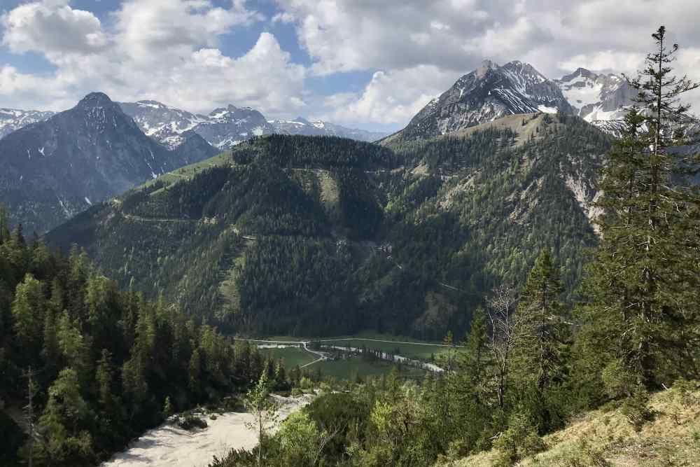 Beim Pasilsattel gibt es diesen Blick auf den Feilkopf im Karwendelgebirge