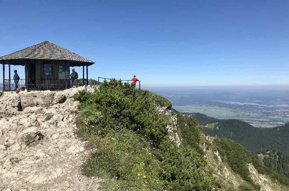 So schaut der Pavillon auf dem Herzogstand aus, hinten das Alpenvorland