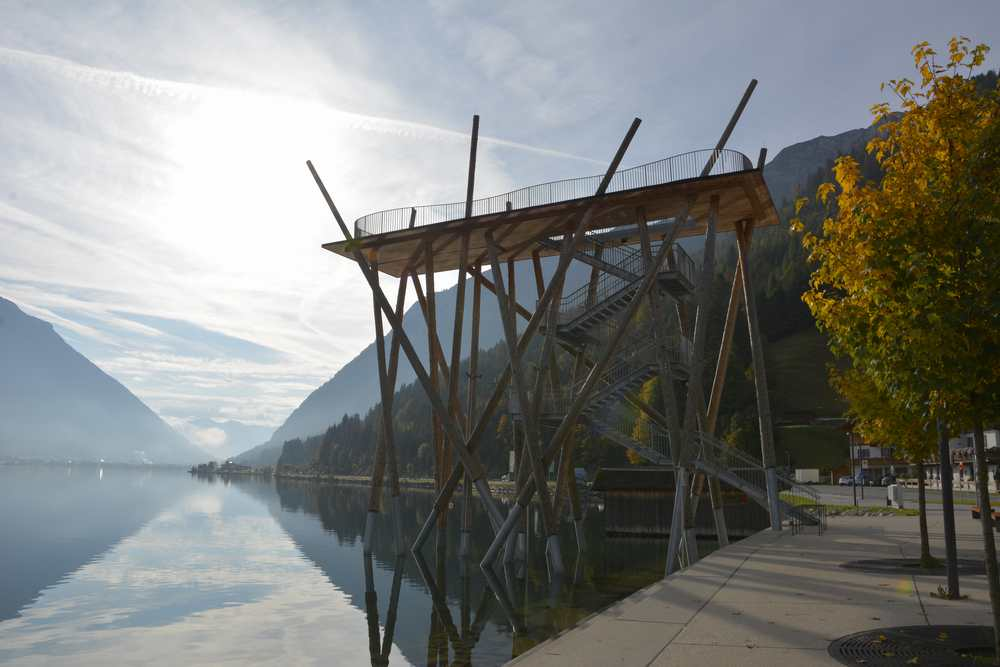 Beim Spaziergang am Achensee von der Strandpromenande in Pertisau zur Aussichtsplattform flanieren