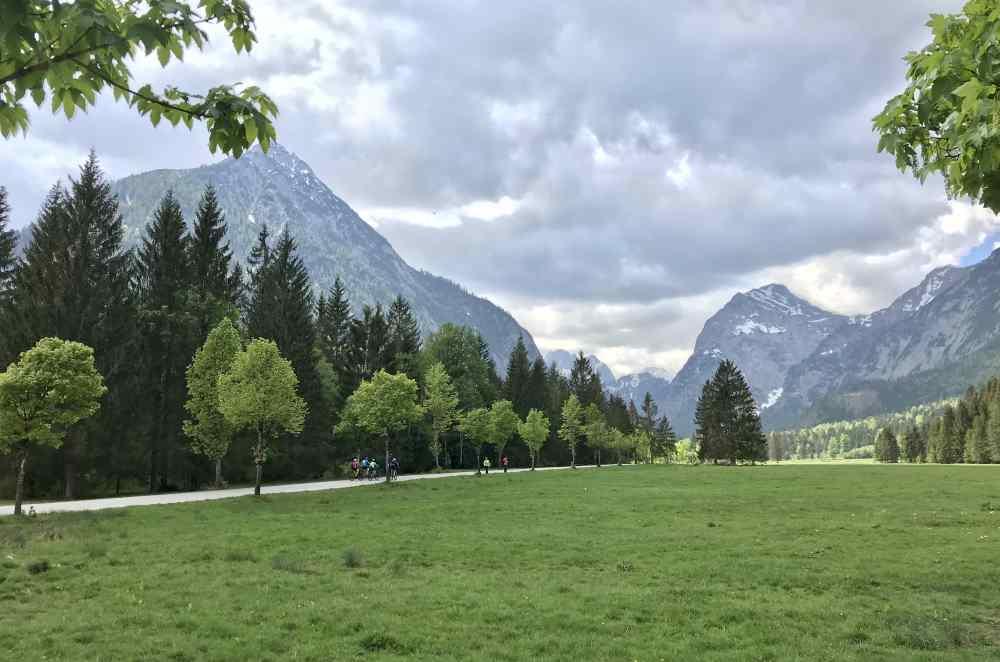 Am Ortsrand von Pertisau: Die schöne Landschaft in den Karwendeltälern - der Frühling im Karwendel