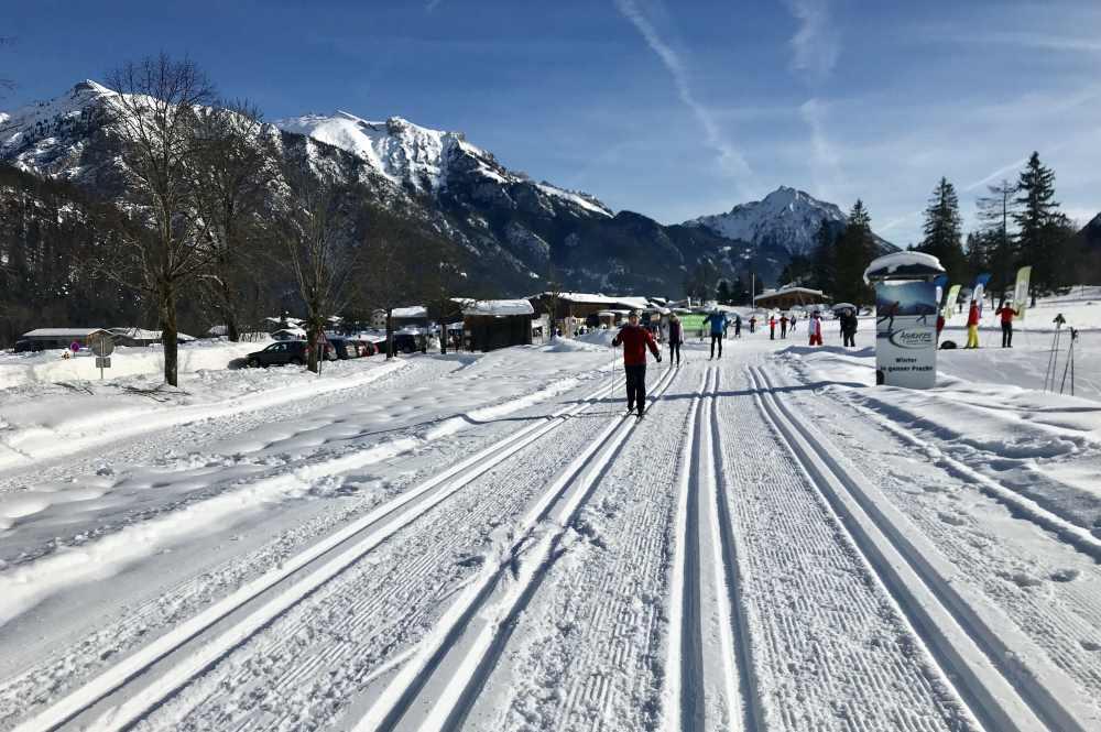 Hier beginnt in Pertisau die Loipe ins Gerntal, mit diesem Blick auf das verschneite Rofangebirge