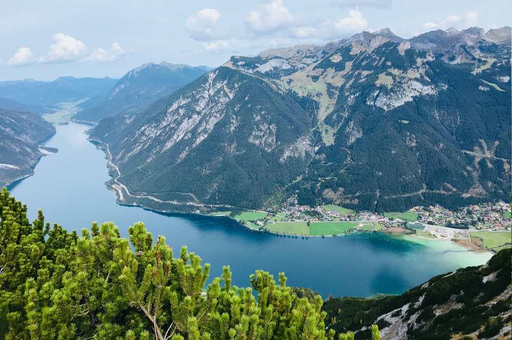 Es gibt Wanderungen mit Blick von oben auf den Achensee