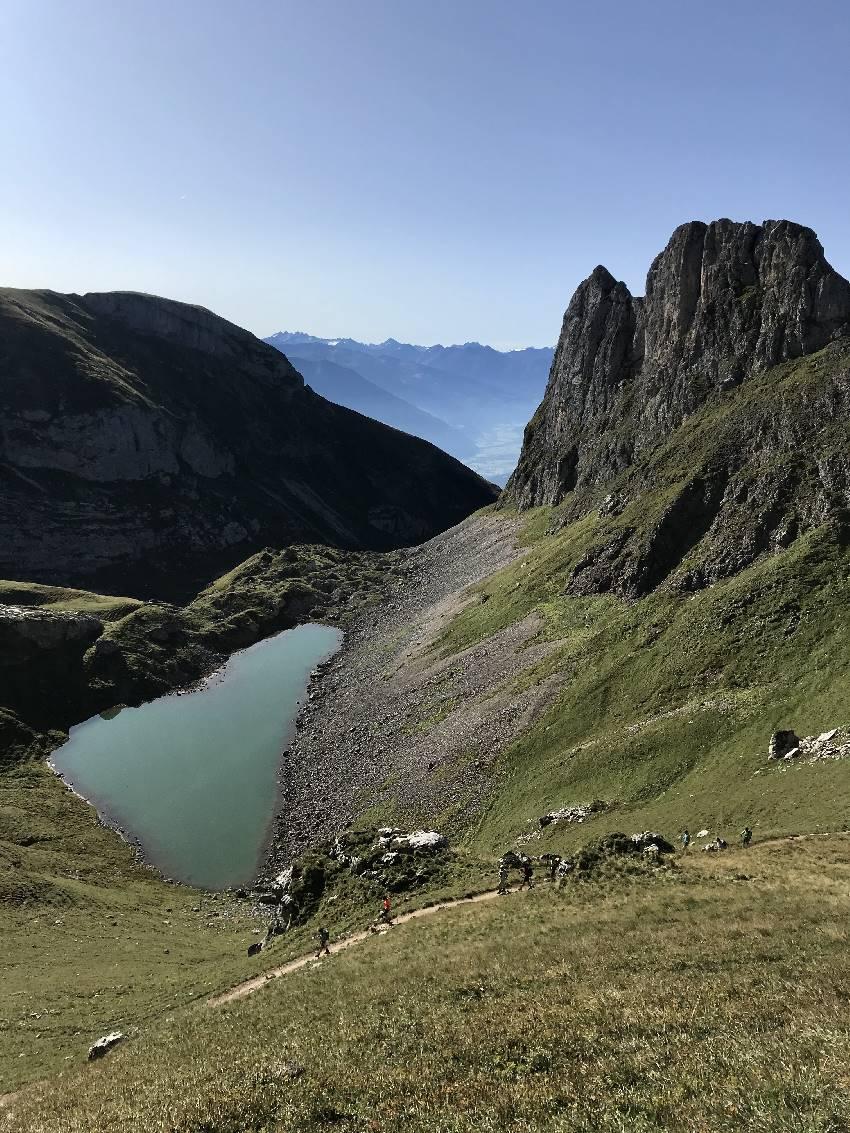 Hier siehst du den Wanderweg von der Rofanseilbahn zur Rofanspitze, unterhalb der Grubersee