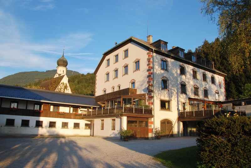 Pill Österreich: Der kleine Ort Pill in Tirol, im Inntal zwischen Karwendel und Tuxer Alpen