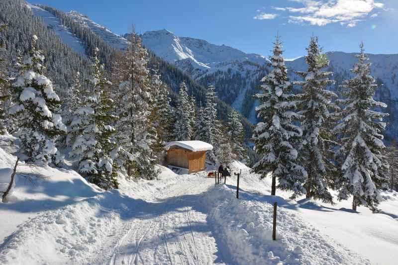 In Schwaz rodeln mit Aussicht auf das Kellerjoch in den Tuxer Alpen