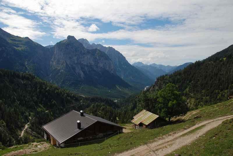 Die Plumsalm liegt auf dem Weg zur Plumsjochhütte