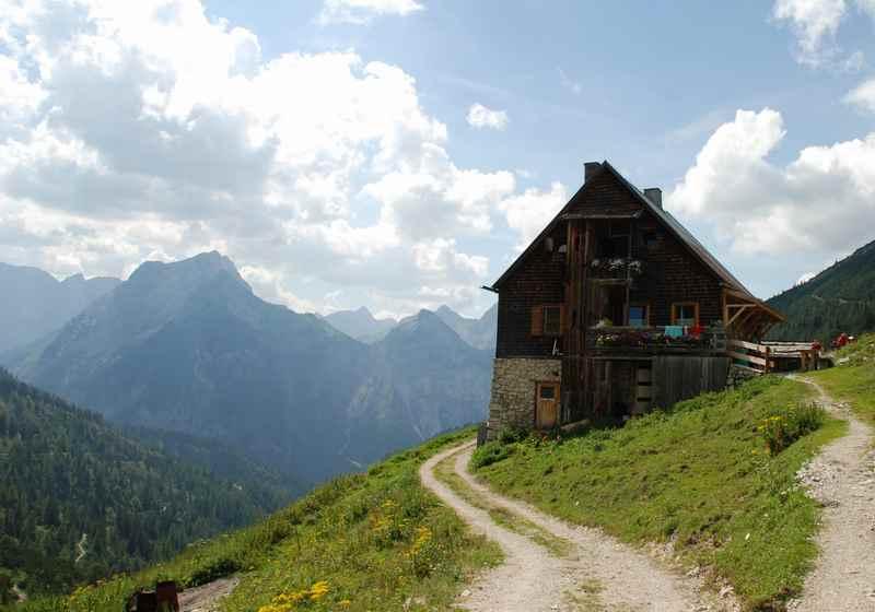 Unterhalb des Plumsjoch ist die bekannte Plumsjochhütte - Wanderziel und schöne MTB Tour vom Rißtal