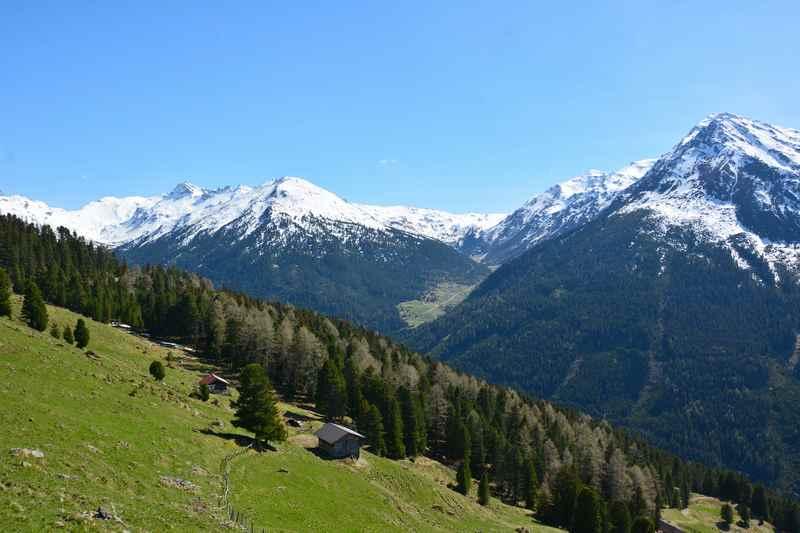 Ausblick von der Poferer Alm im Frühling auf die noch verschneiten Tuxer Alpen