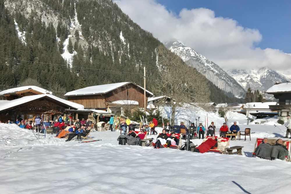 Einkehr beim Winterweitwandern Seefeld: Das ist Poli´s Hütte in der Leutasch - Sonnenbaden und Bergblick inclusive