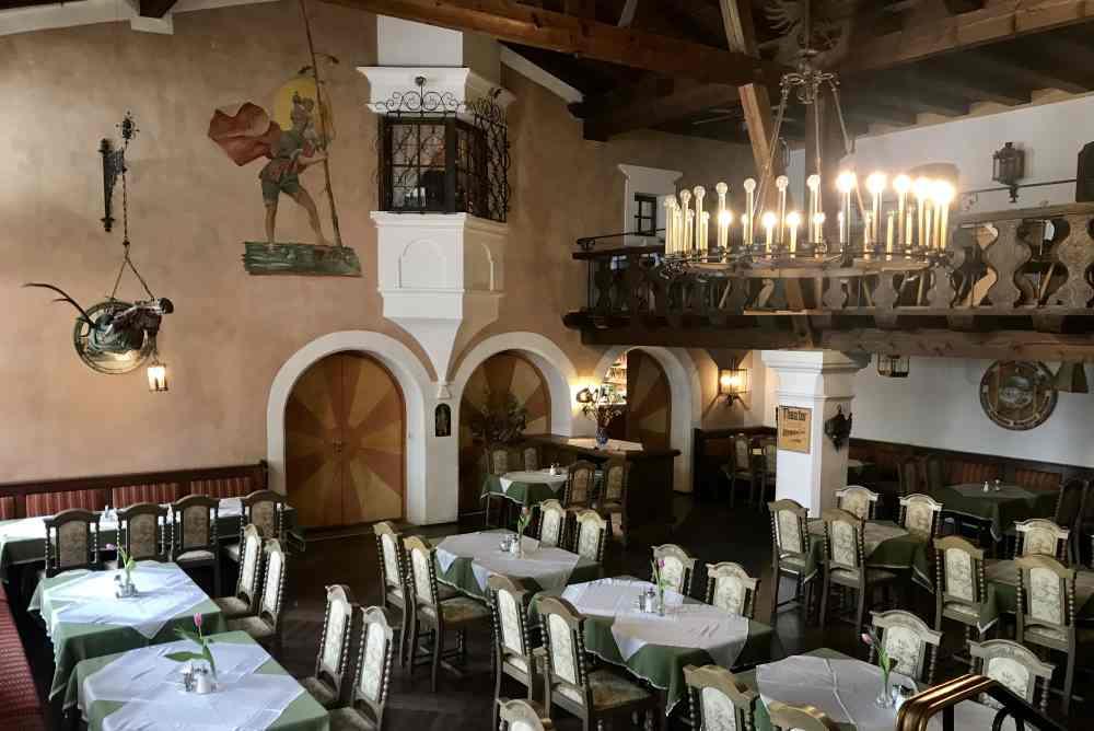 Hotel Post Wallgau:  Der eindrucksvolle Postsaal - rauschende Festen fanden hier statt, heute für Hochzeiten ein toller Rahmen