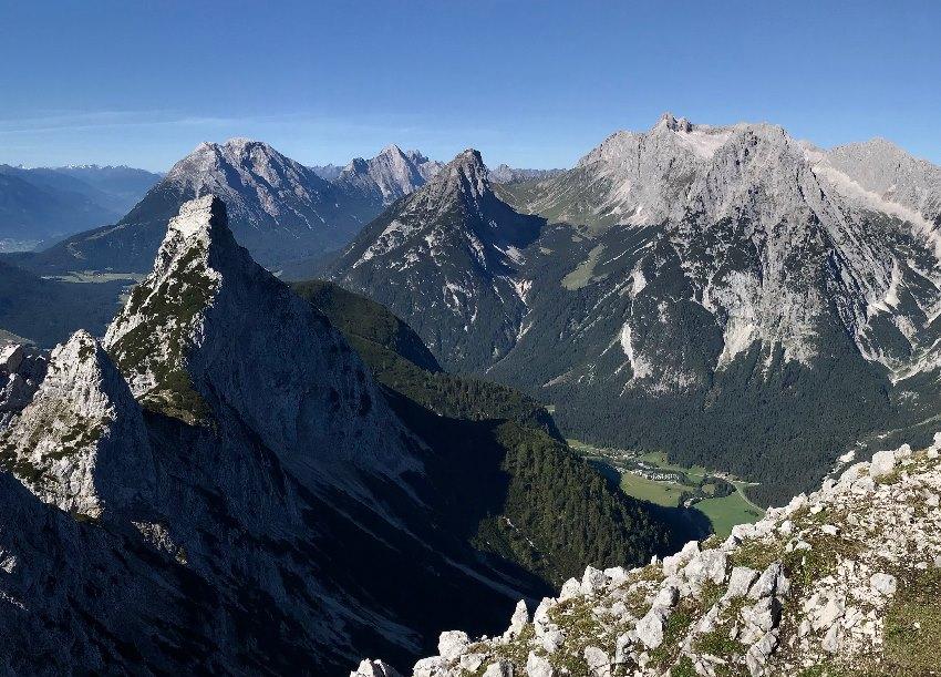 Der Blick von der anderen Seite: Von der Ahrnspitze auf das Wettersteingebirge mit dem grünen Puittal in der Mitte - du siehst schön, wie das Hochtal ansteigt.