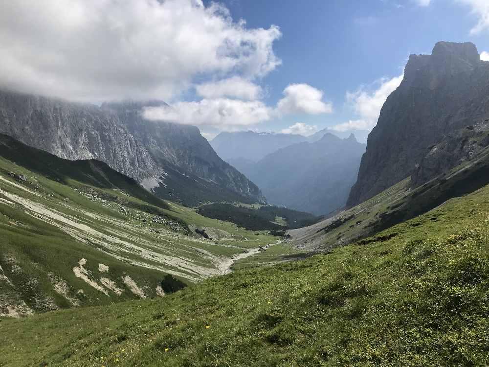 Der Blick vom Scharnitzsattel auf das Puittal - hinten die Ahrnspitze