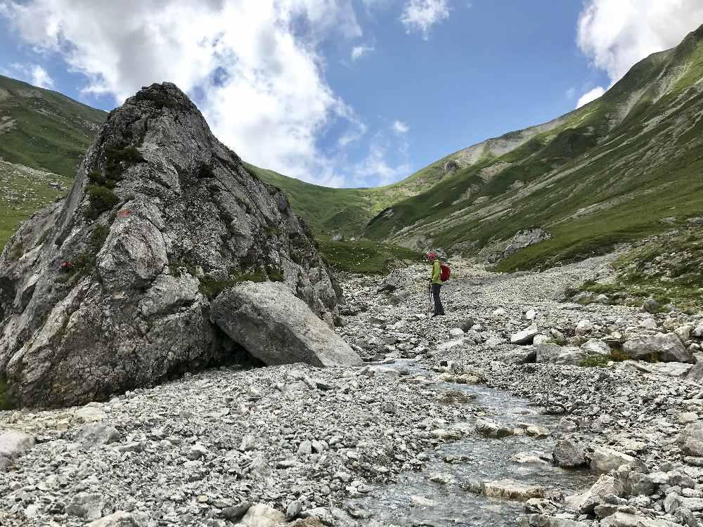 Eindrucksvolle Berglandschaft - im Puittal wechseln Felsen und Wiesen ab